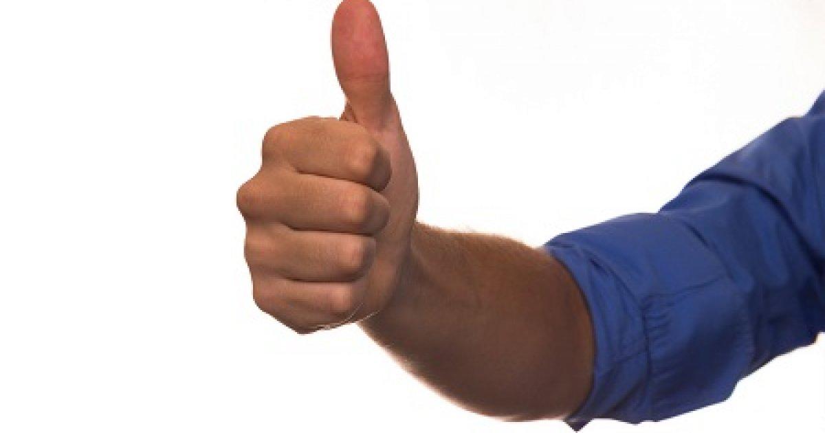 a jobb kéz fájó hüvelykujja az ízületben