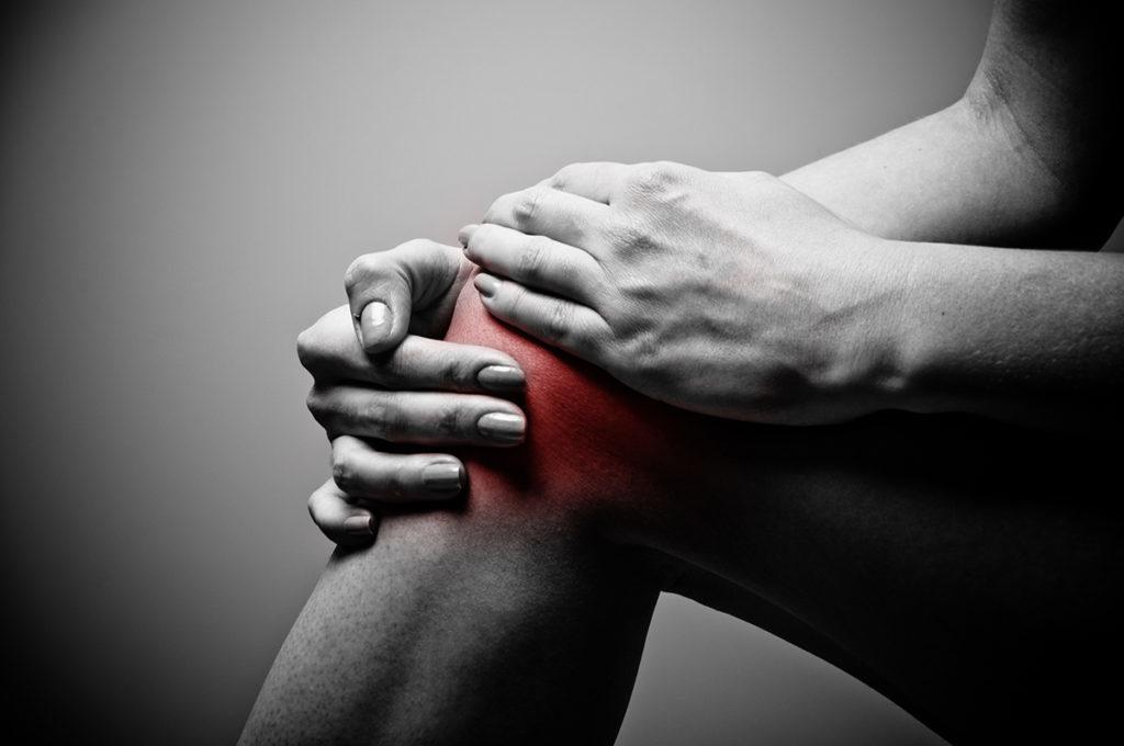 tartós fájó fájdalom a térdben