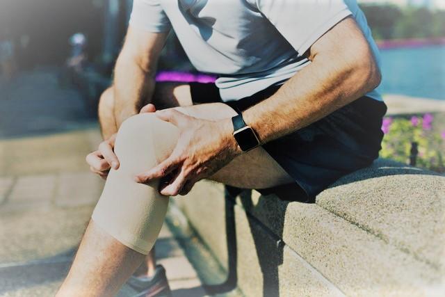 térdízületi csapkodás tünetei