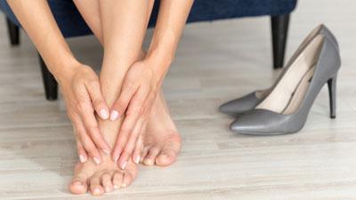 a lábak csontokban és ízületekben fellépő fájdalom okokat okoz)